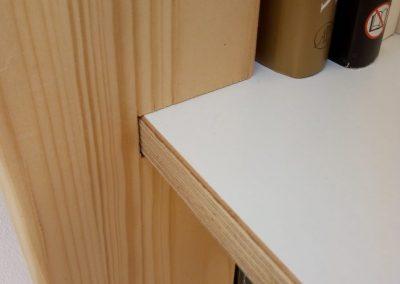 Boekenkast-vurenhout-detail-702x936