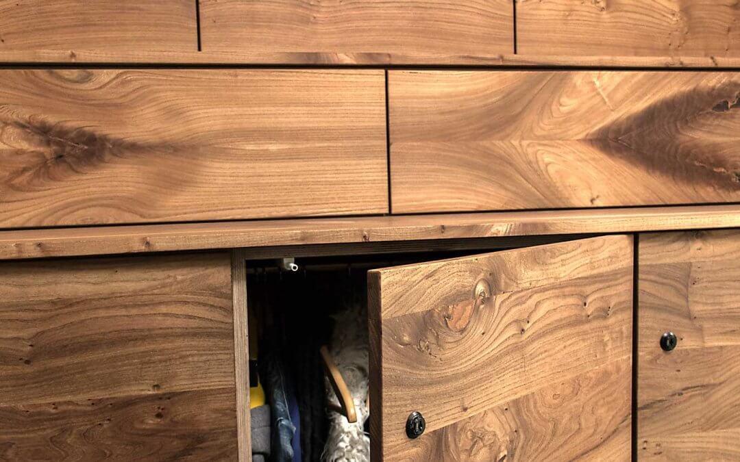 Unieke garderobekast van Amsterdams iepenhout